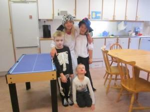 """Fritids spelar teater för förskolebarnen. """"Häxan,betjänten Spökelina, varulven och det snälla skelettet."""""""