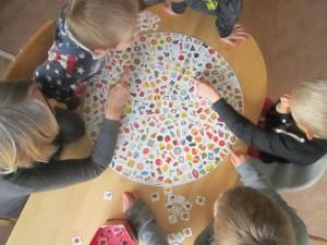 """Spelet """"Vildkatten"""" är populärt hos fritidsbarnen."""