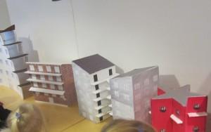 """Vi åkte med Tommys buss till stadshuset för att se på"""" små hus"""" som skolbarnen på Tunaholmsskolan gjort."""