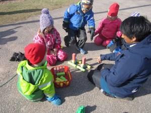 Här tränar vi på rumsuppfattning. Barnen skulle efterlikna ett redan befintligt torn, med olika typer av klossar och färger.