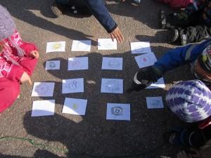 """Barnen har gjort ett eget memory med bilder som ska se ut som det memoryt som finns i """"Labyrint"""". Här tränas bland annat minnet."""