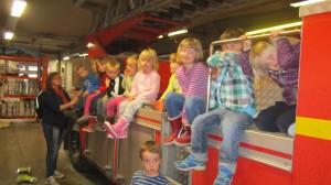 Här sitter förskolebarnen uppradade på stegbilen.