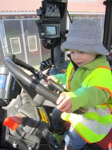Alla som ville fick provsitta den blå traktor, här är det Rasmus som styr.