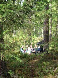 Fikapaus i en skogsglänta.