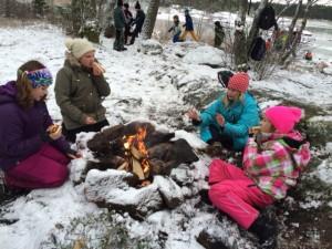 Skönt att värma sig kring elden.