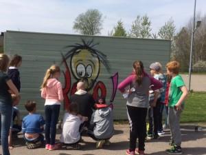 Ronny målar planket med intresserad publik!